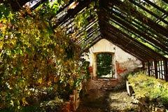 Construção abandonada velha da estufa no jardim do castelo Fotos de Stock