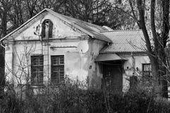 Construção abandonada velha da imagem o nos subúrbios imagem de stock