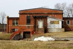 Construção abandonada velha do asilo da escola do hospital do tijolo imagens de stock