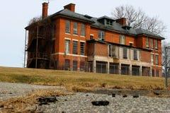 Construção abandonada velha do asilo da escola do hospital do tijolo imagem de stock royalty free