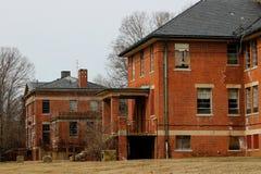 Construção abandonada velha do asilo da escola do hospital do tijolo fotos de stock