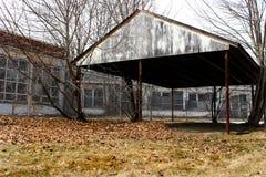 Construção abandonada velha do asilo da escola do hospital do tijolo fotos de stock royalty free