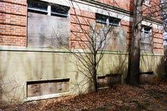 Construção abandonada velha do asilo da escola do hospital do tijolo fotografia de stock