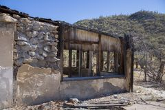 Construção abandonada velha no deserto que rotting afastado imagens de stock royalty free