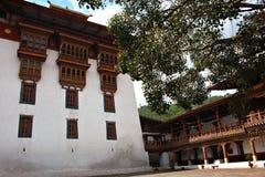 Construção administrativa dentro de um castelo butanês Fotos de Stock Royalty Free