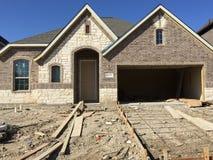 Construção agradável da casa nova em suburbano fotografia de stock royalty free