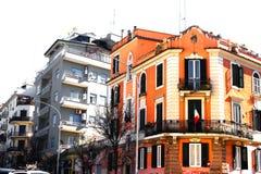 Construção alaranjada bonita com bandeira italiana e os balcões agradáveis foto de stock royalty free