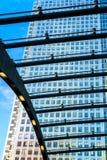 Construção alta através do telhado Imagens de Stock