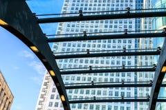 Construção alta através do telhado Fotografia de Stock