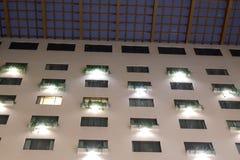 Construção alta do hotel da elevação dentro do shopping grande imagem de stock