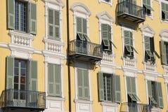 Construção amarela da fachada com o estuque falsificado, agradável Imagens de Stock