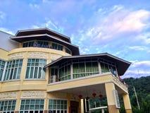 Construção amarela do hotel imagem de stock royalty free
