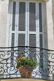 A construção antiga com o terraço com florescência floresce em França Fotografia de Stock Royalty Free