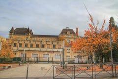 A construção antiga dentro e a ideia do outono na cidade velha de Lyon, França Fotografia de Stock Royalty Free