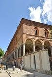 Construção antiga do claustro de Milan State University na baixa de Milão fotografia de stock royalty free