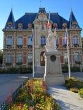 Construção antiga municipal em Rueil-Malmaison imagens de stock