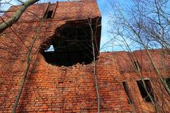 Construção após a batida por um projectil de artilharia Imagem de Stock Royalty Free