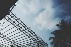 Construção, armação de aço, estrutura de telhado, trabalhador da construção, opinião do céu, fotografia de stock