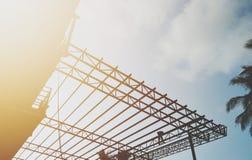 Construção, armação de aço, estrutura de telhado, trabalhador da construção, opinião do céu, fotos de stock