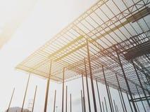 Construção, armação de aço, estrutura de telhado, trabalhador da construção, opinião do céu, imagens de stock