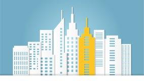 Construção arquitetónica amarela proeminente entre a construção branca Fotografia de Stock Royalty Free