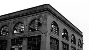 Construção arruinada com janelas quebradas imagens de stock royalty free