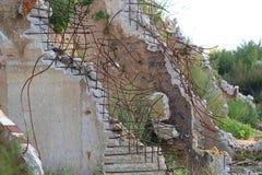 Construção arruinada de uma fábrica com concreto Imagem de Stock