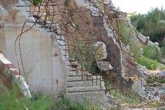 Construção arruinada de uma fábrica com concreto Foto de Stock