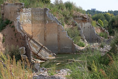 Construção arruinada de uma fábrica com concreto Fotografia de Stock