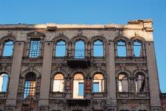 Construção arruinada velha sem janelas e telhado fotografia de stock