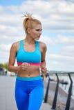 Construção atlética do físico fino apto do sportswear das mulheres do atleta Foto de Stock