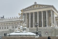 Construção austríaca do parlamento após a queda de neve fotos de stock