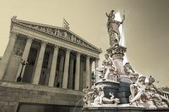 Construção austríaca do parlamento com estátua de Athena ilustração stock