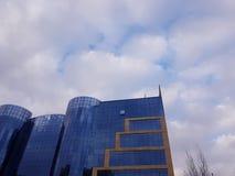 Construção azul com céu couldy fotos de stock