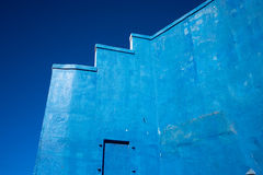 Construção azul contra o céu azul em texas alpino imagem de stock