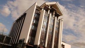 Construção bonita moderna contra o céu azul, dia ensolarado, movimento lento, arquitetura filme