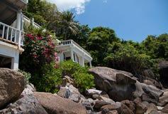 A construção branca bonita na rocha fotografia de stock royalty free