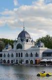 A construção branca do café de Topart perto do lago Varosliget em Budapest, é entrada principal é heróis quadrados Fotos de Stock