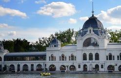 A construção branca do café de Topart perto do lago Varosliget em Budapest, é entrada principal é heróis quadrados Imagens de Stock