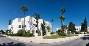 Construção branca, palmeiras Tunísia, curso Panorama Fotografia de Stock