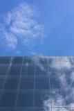 Construção brilhante da cidade com céu azul foto de stock royalty free