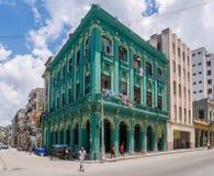 A construção brilhante verde em Havana Cuba cercou com povos Imagem de Stock Royalty Free