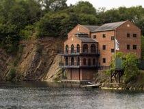 Construção calma da beira do lago Imagem de Stock Royalty Free
