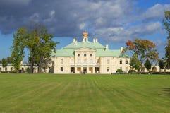 A construção central do dia grande de setembro do palácio de Menshikovsky Imagem de Stock
