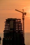 Construção civil alta com a luz do por do sol imagens de stock