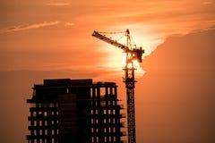 Construção civil alta com a luz do por do sol foto de stock