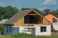 Construção civil da casa dos blocos de cimento ventilados Telhado de madeira sob a construção foto de stock