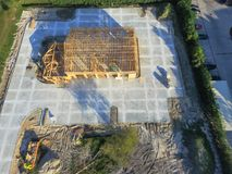 Construção civil de madeira aérea do anúncio publicitário da casa imagem de stock