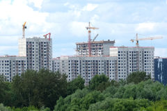 Construção civil nova no distrito novo após o rio sobre o céu com as nuvens brancas no dia de verão Imagem de Stock