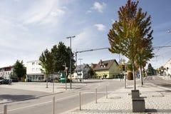 Construção clássica e povos que andam ao lado da estrada de Sandhausen no distrito de Heidelberg-Kirchheim em Heidelberg, Alemanh imagem de stock
